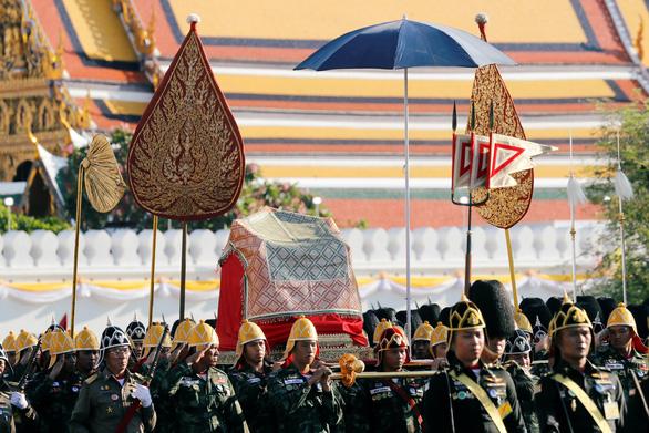 Lễ đăng cơ nhà vua Thái Vajiralongkorn qua những con số - Ảnh 3.