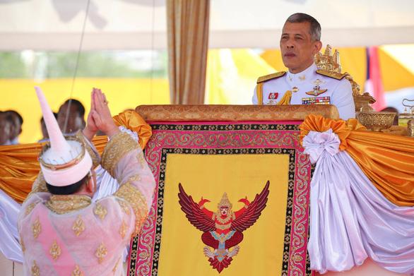 Lễ đăng cơ nhà vua Thái Vajiralongkorn qua những con số - Ảnh 1.