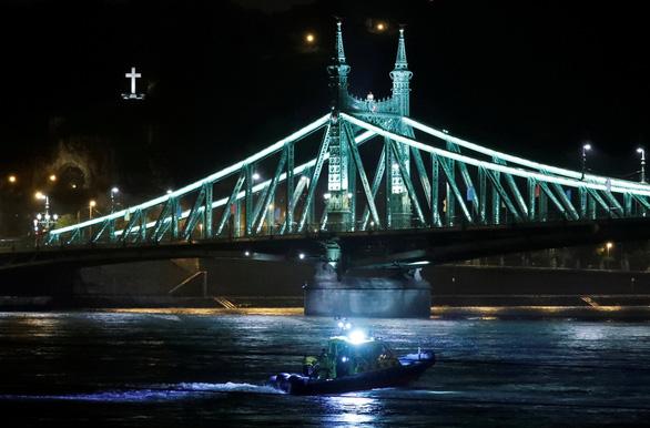 Tàu du lịch trên sông bị chìm, nhiều người thiệt mạng và mất tích - Ảnh 2.