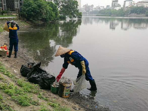 Thanh tra việc mua bán chất làm sạch hồ tại Hà Nội - Ảnh 1.