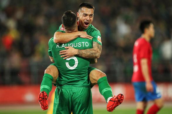 Trung Quốc có cầu thủ nhập tịch đầu tiên ở đội tuyển quốc gia - Ảnh 1.