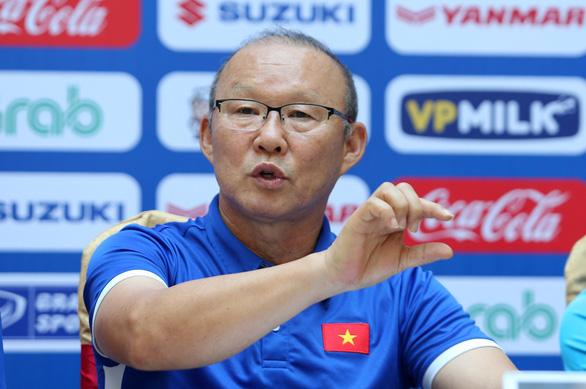 HLV Park Hang Seo họp báo, giải đáp thắc mắc về danh sách tuyển VN - Ảnh 1.