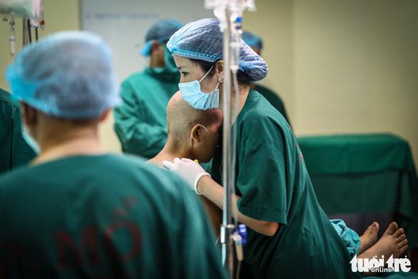 Thư bác sĩ mổ đẻ cho bà mẹ ung thư gửi những người mẹ - Ảnh 1.