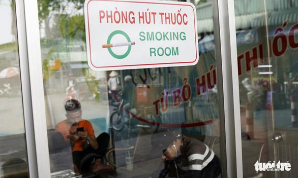 Hút thuốc vô tư ở bệnh viện, bến xe trong tuần lễ… không thuốc lá - Ảnh 14.