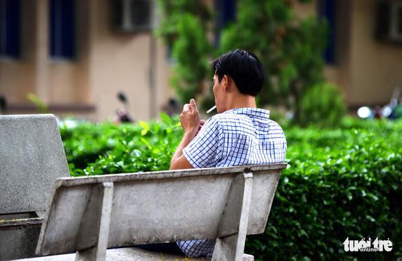 Hút thuốc vô tư ở bệnh viện, bến xe trong tuần lễ… không thuốc lá - Ảnh 4.