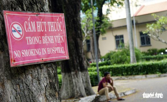 Hút thuốc vô tư ở bệnh viện, bến xe trong tuần lễ… không thuốc lá - Ảnh 12.