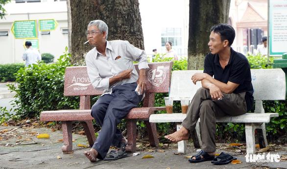 Hút thuốc vô tư ở bệnh viện, bến xe trong tuần lễ… không thuốc lá - Ảnh 7.