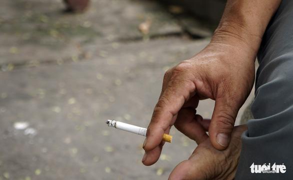 Hút thuốc vô tư ở bệnh viện, bến xe trong tuần lễ… không thuốc lá - Ảnh 9.