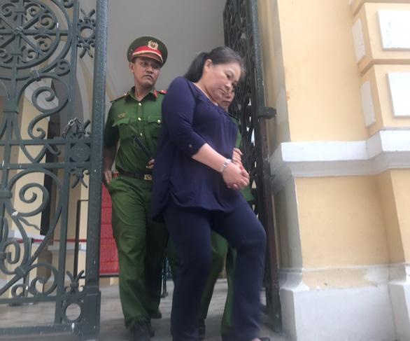 Giả danh người nghèo vay tiền, nữ cán bộ lãnh 20 năm tù - Ảnh 1.