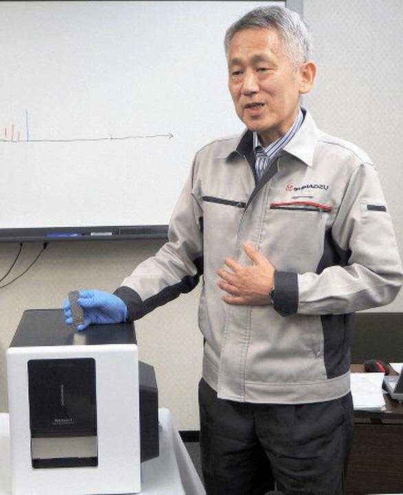 Nhà khoa học đoạt Nobel chế tạo khối phổ kế nhỏ nhất thế giới - Ảnh 1.