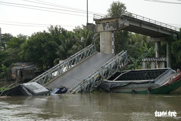 Cầu Tân Nghĩa sập do xe quá tải trọng - Ảnh 1.