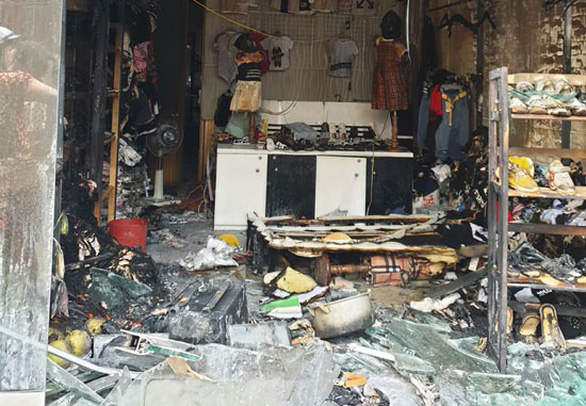 Thanh niên bịt mặt châm lửa đốt cửa hàng cháy rụi rồi bỏ chạy - Ảnh 2.