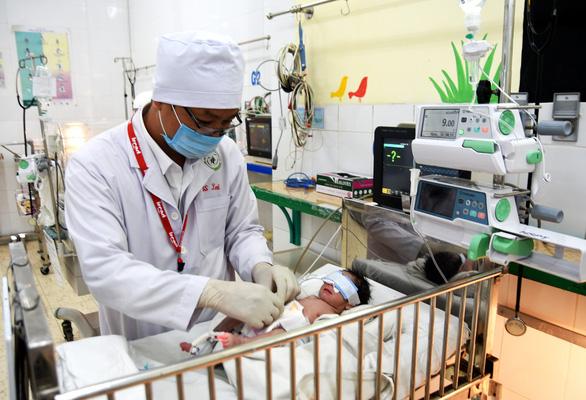 Phẫu thuật cứu bé trai sơ sinh bị dị tật hở thành bụng - Ảnh 1.