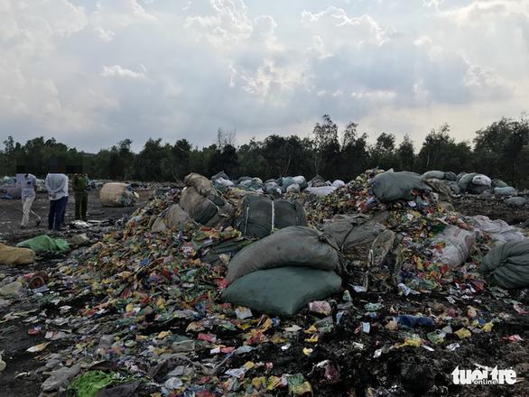 Bắt quả tang xe công ty xử lý rác đổ trộm chất thải - Ảnh 1.