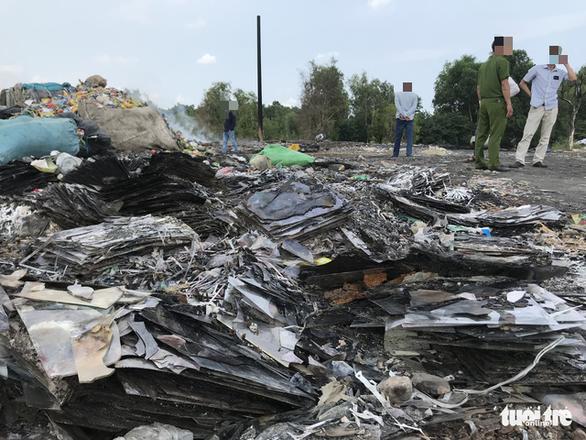 Bắt quả tang xe công ty xử lý rác đổ trộm chất thải - Ảnh 2.