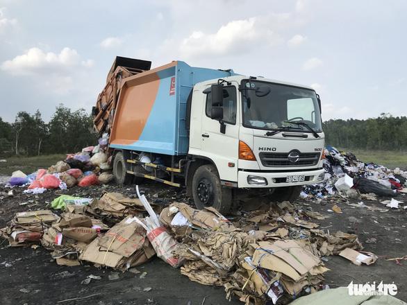 Bắt quả tang xe công ty xử lý rác đổ trộm chất thải - Ảnh 3.