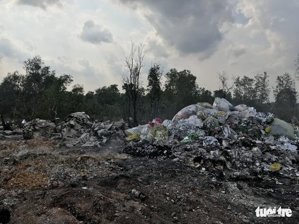Bắt quả tang xe công ty xử lý rác đổ trộm chất thải - Ảnh 4.