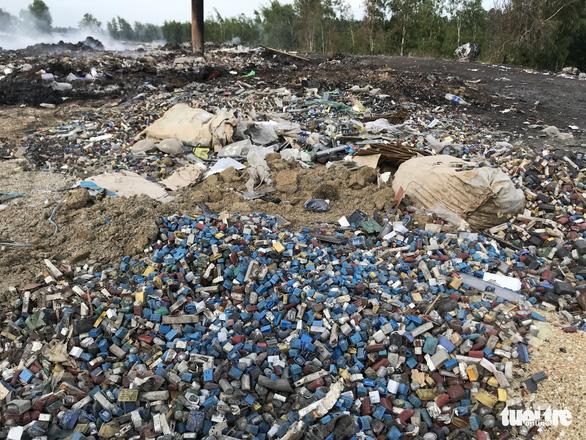 Bắt quả tang xe công ty xử lý rác đổ trộm chất thải - Ảnh 5.