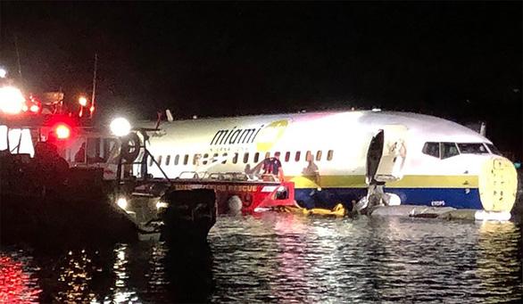Máy bay Boeing 737 chở 143 người lao xuống sông tại Florida - Ảnh 2.