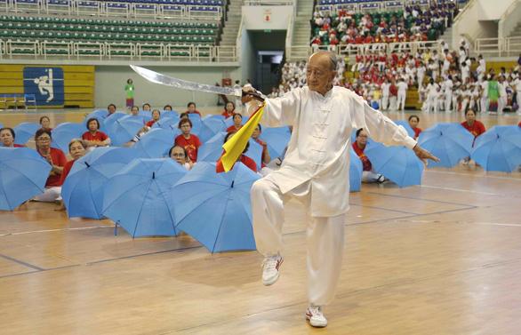 Cụ ông 96 tuổi vẫn múa đao, đi quyền - Ảnh 1.