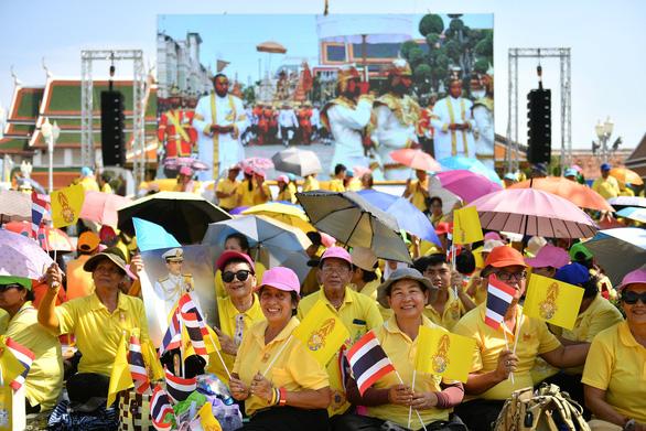 Quốc vương Thái Lan lần đầu tiên xuất hiện trước công chúng - Ảnh 2.