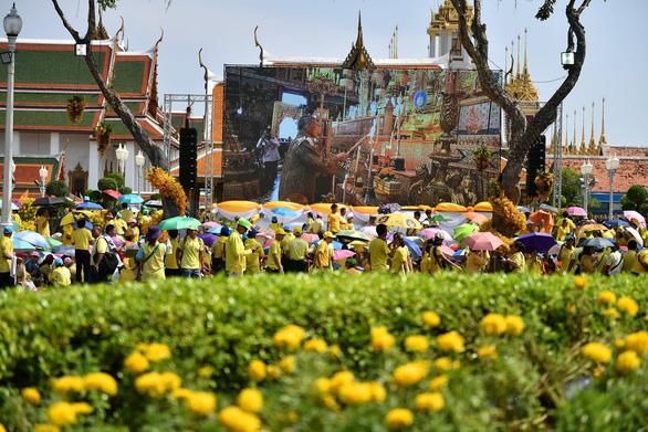 Quốc vương Thái Lan lần đầu tiên xuất hiện trước công chúng - Ảnh 4.