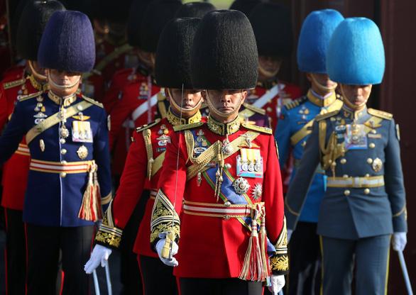 Quốc vương Thái Lan lần đầu tiên xuất hiện trước công chúng - Ảnh 3.