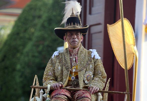 Quốc vương Thái Lan lần đầu tiên xuất hiện trước công chúng - Ảnh 1.