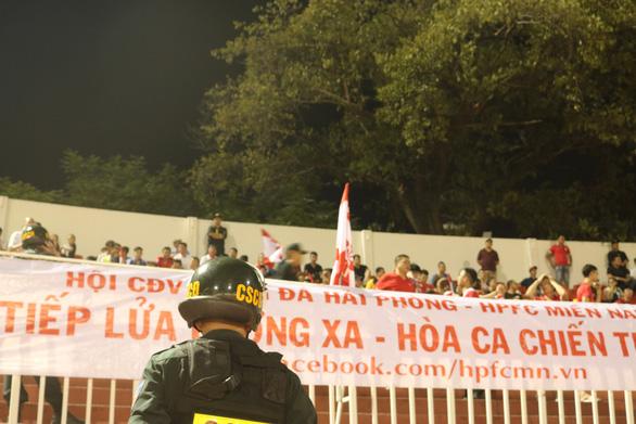 Sân Thống Nhất thắt chặt an ninh chống pháo sáng - Ảnh 5.