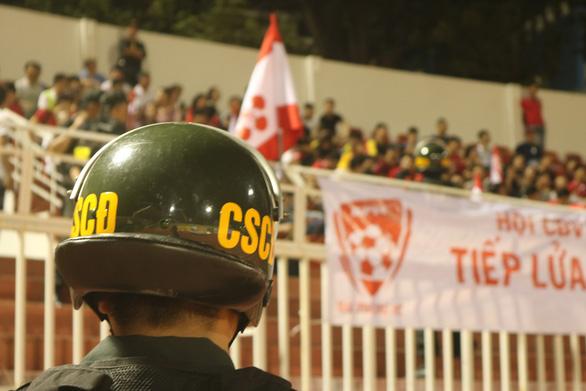 Sân Thống Nhất thắt chặt an ninh chống pháo sáng - Ảnh 6.