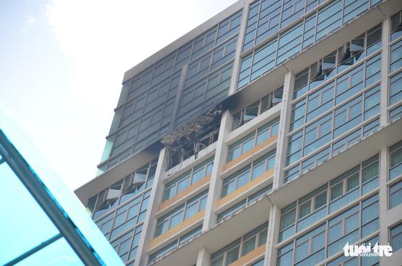Cháy căn hộ chung cư The Vista, một chiến sĩ cứu hỏa ngạt khói - Ảnh 1.