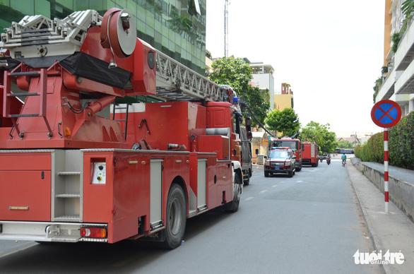 Cháy căn hộ chung cư The Vista, một chiến sĩ cứu hỏa ngạt khói - Ảnh 2.
