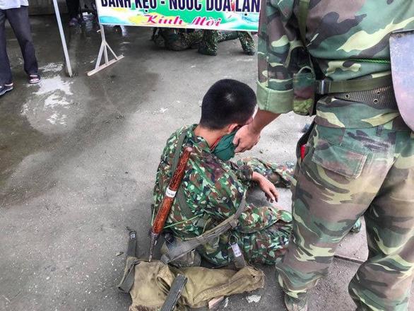 Xe quân đội lật ngửa, 30 chiến sĩ bị thương - Ảnh 3.