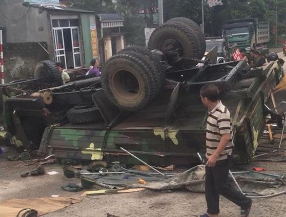 Xe quân đội lật ngửa, 30 chiến sĩ bị thương - Ảnh 2.