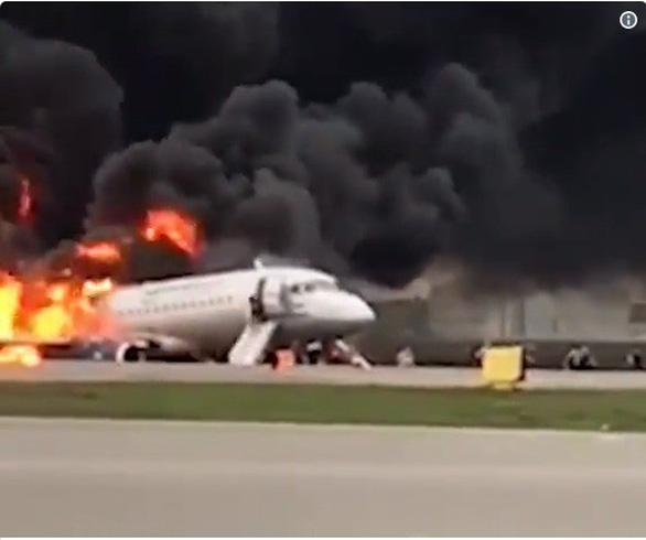 Sukhoi chở 78 người ở Nga hạ cánh khẩn cấp, ngập trong khói lửa ở sân bay - Ảnh 1.