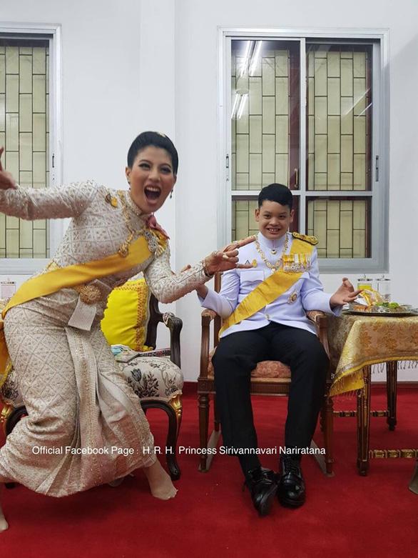 Con gái vua Thái trẻ trung, nhí nhảnh bất ngờ - Ảnh 2.