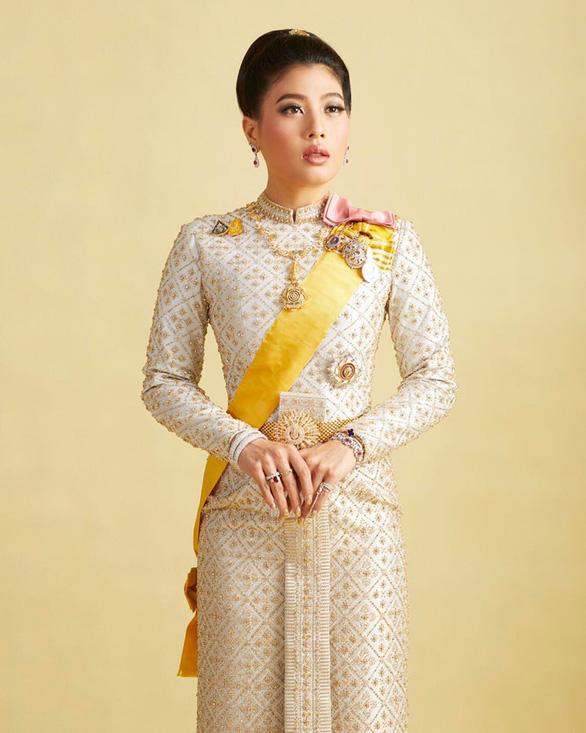 Con gái vua Thái trẻ trung, nhí nhảnh bất ngờ - Ảnh 1.