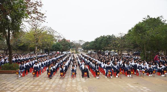 Trường cho treo biển 'chào mừng nhà báo quốc tế' vì thấy có trung ương về dự - Ảnh 2.