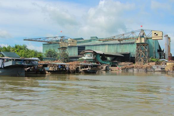 Yêu cầu công ty mía đường tạm ngừng hoạt động vì nước sông đen ngòm - Ảnh 1.