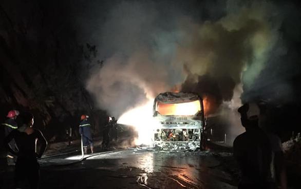 Xe giường nằm bốc cháy, 30 hành khách hoảng hốt tháo chạy - Ảnh 1.