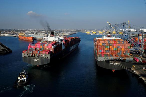 Ông Trump tăng thuế nhập khẩu hàng Trung Quốc, người tiêu dùng bị ảnh hưởng ra sao? - Ảnh 1.