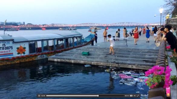 Phạt người rải vàng mã xuống sông Hương 3 triệu đồng - Ảnh 1.