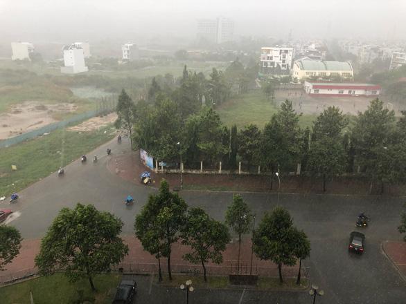TP.HCM mưa diện rộng, nhiều tuyến đường ngập nước - Ảnh 3.