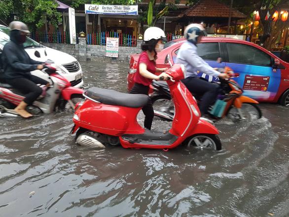 TP.HCM mưa diện rộng, nhiều tuyến đường ngập nước - Ảnh 7.