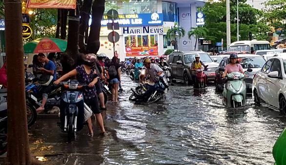 TP.HCM mưa diện rộng, nhiều tuyến đường ngập nước - Ảnh 8.