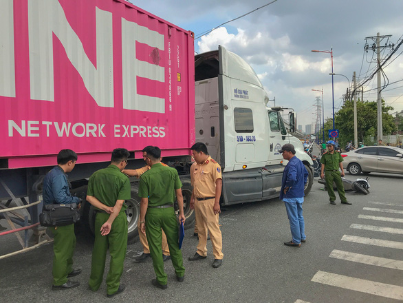 Va chạm với xe container, 2 phụ nữ đi xe máy thương vong - Ảnh 2.