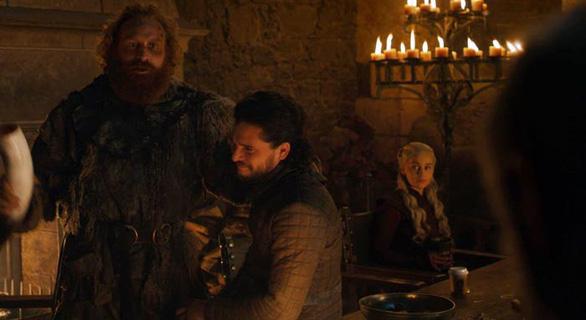 Khó tin: Game of Thrones để quên ly cà phê thế kỷ 21 vào phim - Ảnh 1.