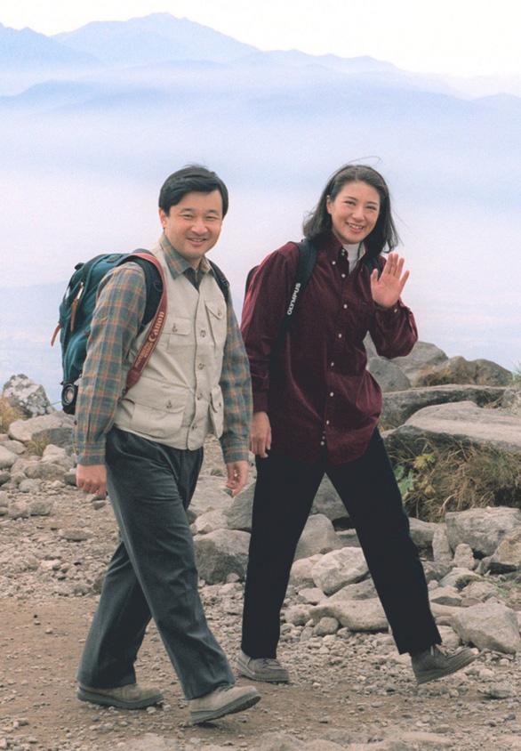 Tân Nhật hoàng Naruhito có thể phải từ bỏ đam mê trekking - Ảnh 2.