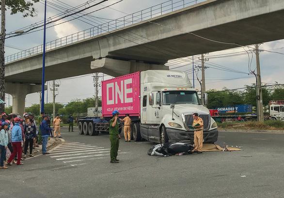 Va chạm với xe container, 2 phụ nữ đi xe máy thương vong - Ảnh 1.