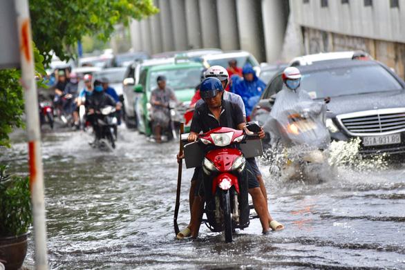 TP.HCM mưa diện rộng, nhiều tuyến đường ngập nước - Ảnh 10.